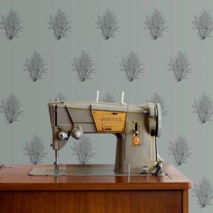 afternoon stories behang duurzaam hazelnoot bomen op blauwe achtergrond