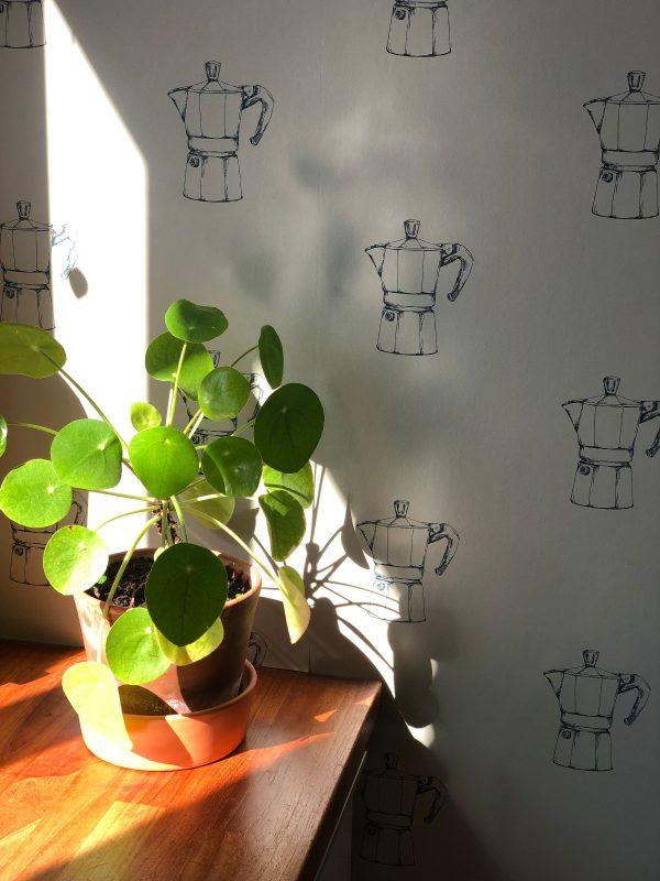 Moka potjes behang met plant bij raamkozijn